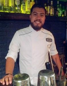 Fernando Hernández del restaurante Moyelo Cemitas ofrece cemitas tradicionales y gourmet