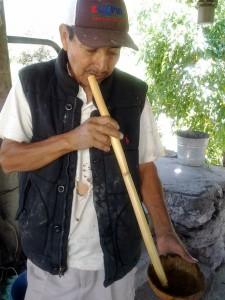 Don Plácido Flores produce mezcal joven de pechuga y frutas en la Xoyatla