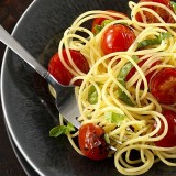 Spaghetti (gluten free) con jitomates y albahaca
